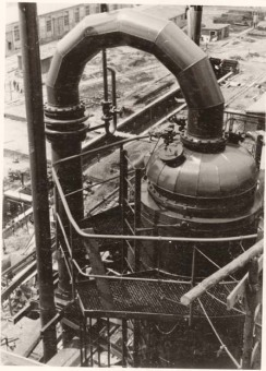 """Picture 5 shows the topmost part of the distillation column with its pipelines. You can see the vertical ladder and the safety cage for the ladder. The railing around the upper platform is bolted on so that no dangerous welding work has to be done at these places.""'(Photo 1943/44, description by I.G. Farben defense counsel, Wollheim lawsuit, 1955)'© Central State Archive of Hesse (records of Wollheim lawsuit)"
