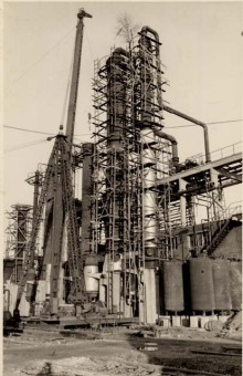 """Picture 6 comes from the assembly of a similar column at a subsequent I.G. Farben plant in West Germany in 1952. Comparison of this picture with the previous one shows that the erection of such distillation columns in Auschwitz in 1943 was basically carried out just as it was in peacetime conditions in 1952. On closer inspection, you can even see that on the scaffolding from 1952, the footrails that enhance safety are missing.""'(Photo 1952, description by I.G. Farben defense counsel, Wollheim lawsuit, 1955)'© Central State Archive of Hesse (records of Wollheim lawsuit)"