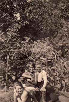 Heinz Kahn (right) and his sister Trude '(person at left has not been identified)'© Dr. Heinz Kahn