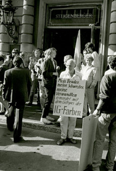 Protests against I.G. Farben in front of the Steigenberger Hotel, Frankfurt am Main, undated'© Fritz Bauer Institute (Gingold papers)