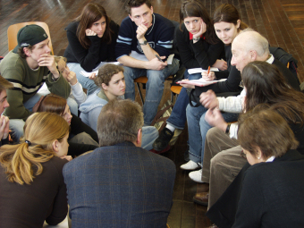 A contemporary witness who survived the Buna/Monowitz concentration camp talking with Frankfurt school students, on the right is Julius Paltiel, 2004'© Eva & Artur Holling