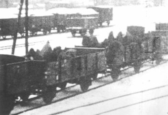 Transports of prisoners in open freight cars, winter 1945'© Fritz Bauer Institute (APMO Collection / Auschwitz-Birkenau State Museum)