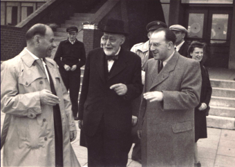Norbert Wollheim (right) greets Leo Baeck (center) upon his arrival at the Bremen Airport to visit the FRG, probably in 1948/49'© Fritz Bauer Institute
