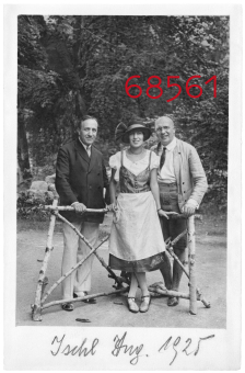 Fritz Löhner with his wife, Helene, 'and father-in-law, Jakob Jellinek, 'Bad Ischl, 1925'© Fritz Bauer Institute