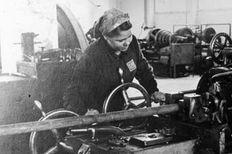 Ukrainian forced laborer at the lathe, I.G. Auschwitz'© Fritz Bauer Institute (Zahn papers)