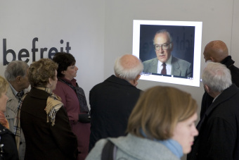 In the Pavilion, visitors can see video interviews with survivors of the Buna/Monowitz concentration camp (here: Norbert Wollheim)