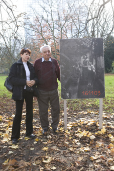 Henryk Zvi Frank with his daughter, 'next to his photo panel'© Jessica Schäfer