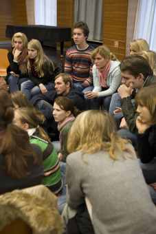School students in conversation with a 'contemporary witness'© Jessica Schäfer